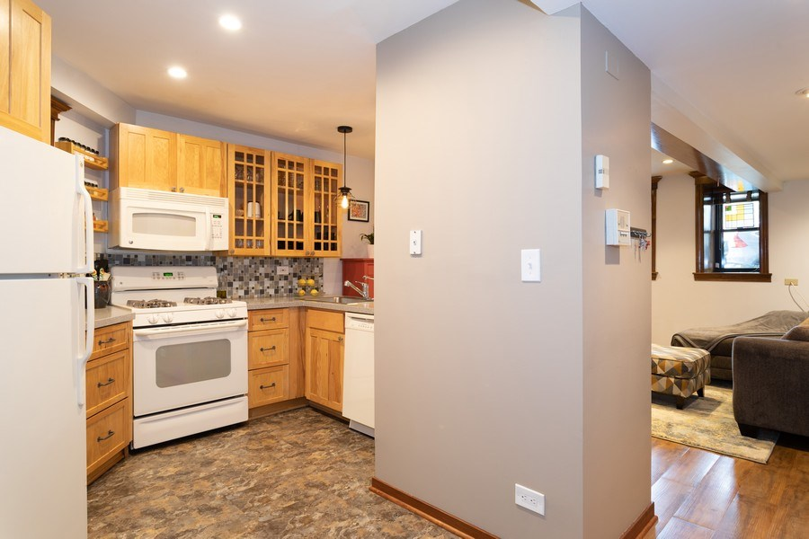 Real Estate Photography - 1048 W Buena Ave, Unit GB, Chicago, IL, 60613 - Kitchen/Living