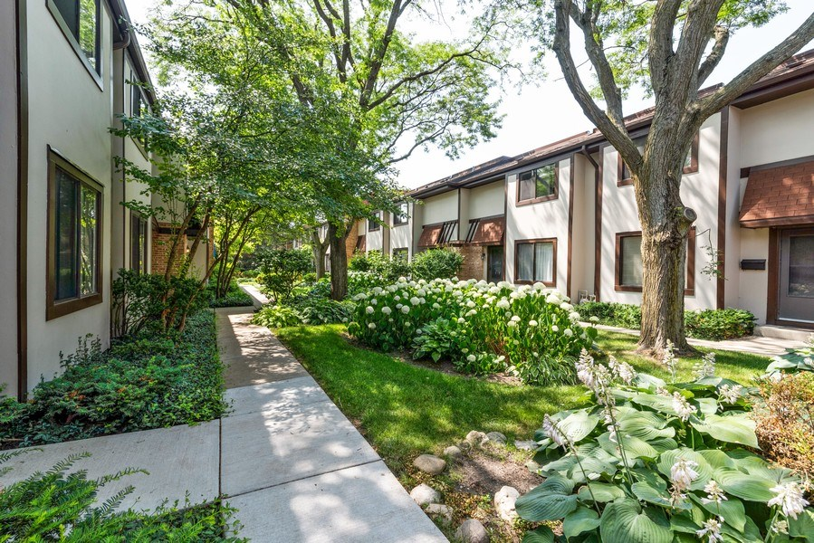 Real Estate Photography - 1734 Henley St., #11, Glenview, IL, 60025 - Courtyard