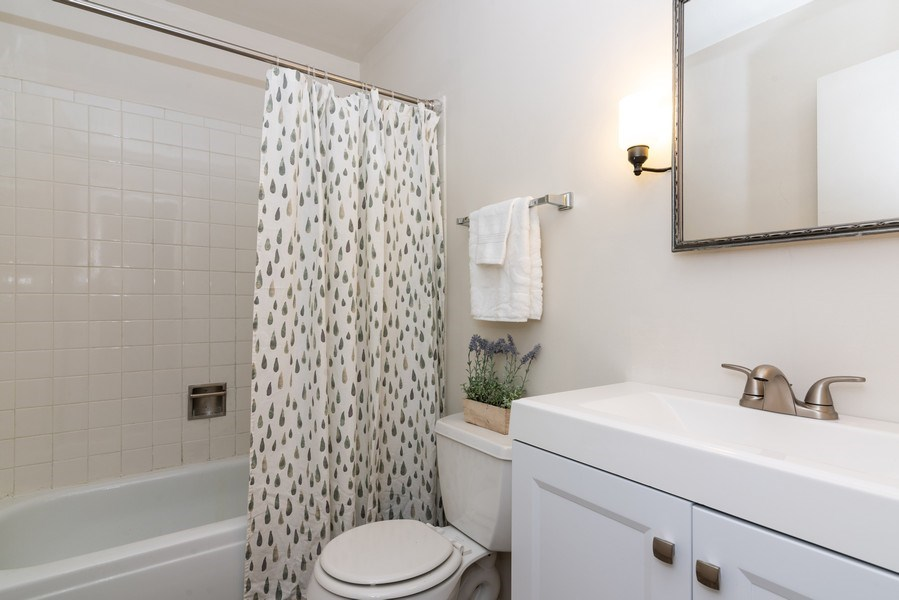 Real Estate Photography - 1734 Henley St., #11, Glenview, IL, 60025 - 2nd Bathroom