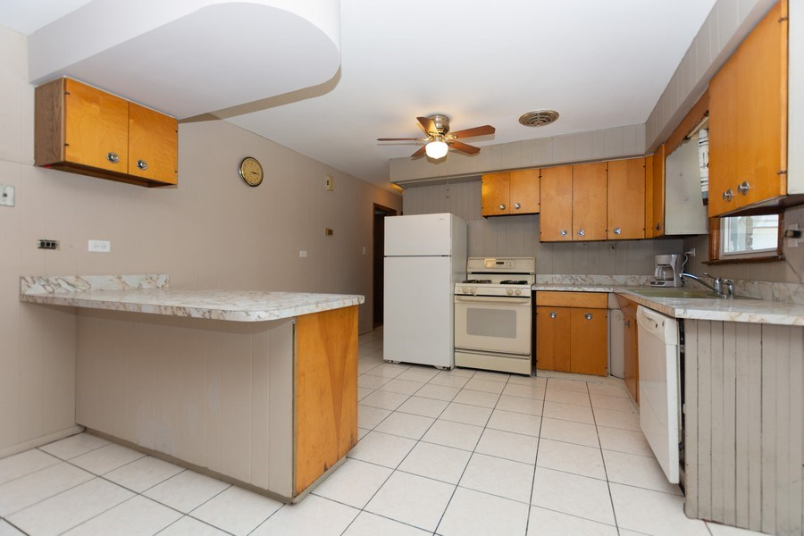 Real Estate Photography - 8930 W. 93rd Place, Hickory Hills, IL, 60465 - Kitchen