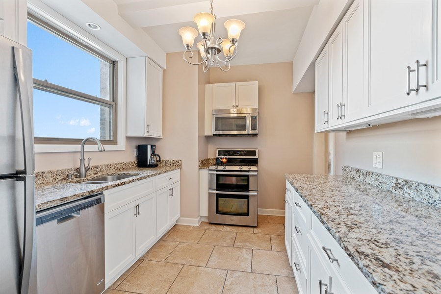 Real Estate Photography - 5000 S East End Ave, Apt 17 D, Chicago, IL, 60615 - Kitchen