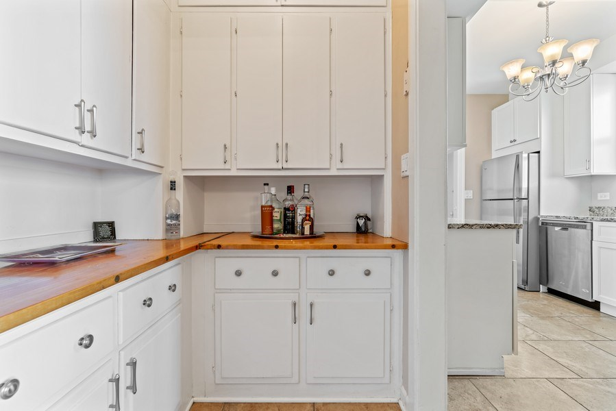 Real Estate Photography - 5000 S East End Ave, Apt 17 D, Chicago, IL, 60615 - Butler's pantry