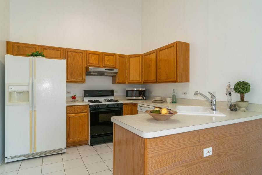 Real Estate Photography - 2020 Hollywood Ct, Hanover Park, IL, 60133 - Kitchen