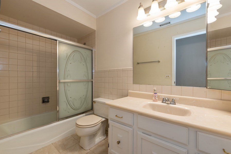 Real Estate Photography - 1365 C Sterling #212, Palatine, IL, 60067 - Bathroom