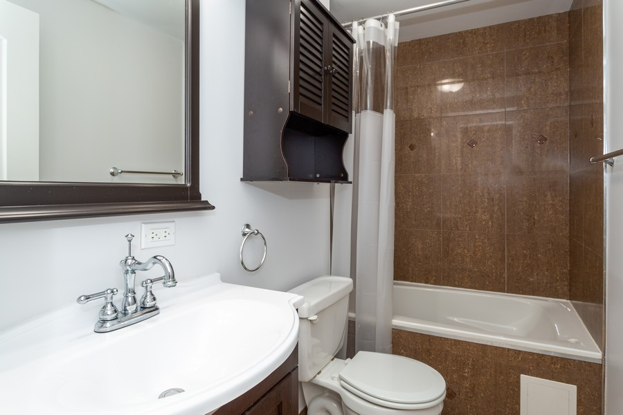 Real Estate Photography - 928 W Eastwood, Unit 1E, Chicago, IL, 60640 - Master Bathroom