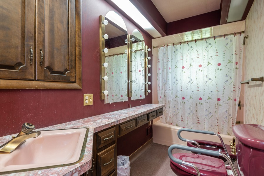 Real Estate Photography - 23 Michael Manor, Glenview, IL, 60025 - Bathroom