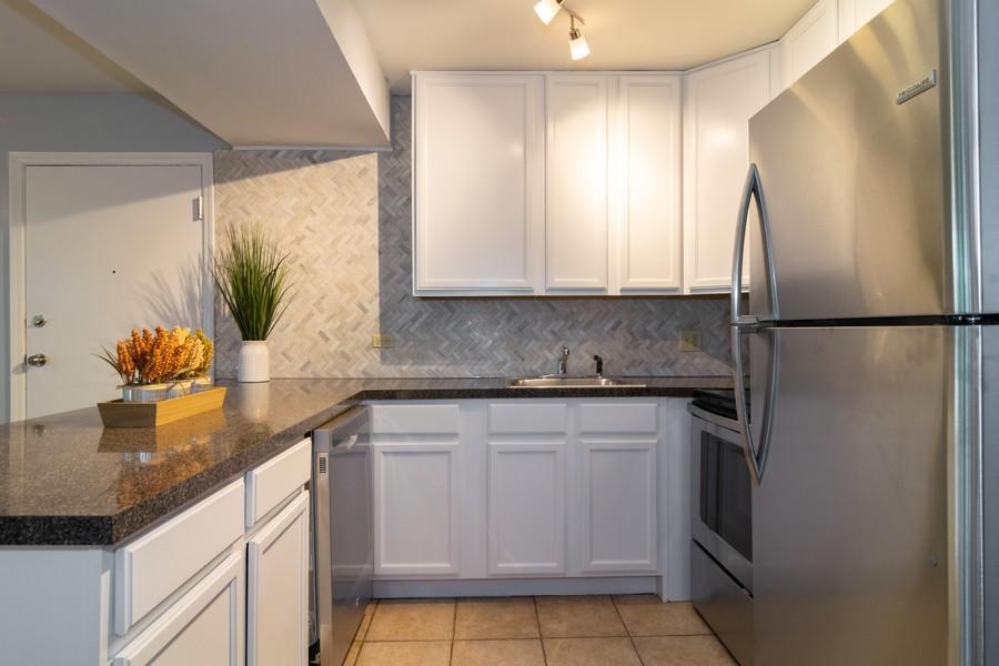 Real Estate Photography - 5815 Oakwood Dr, 2C, Lisle, IL, 60532 - Kitchen