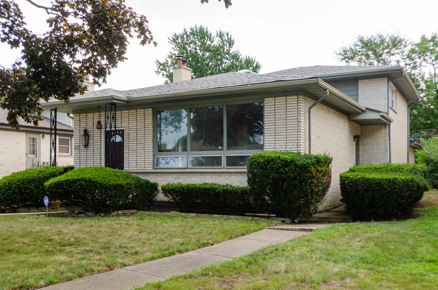 Real Estate Photography - 4845 W Sherwin, Lincolnwood, IL, 60712 - Front View