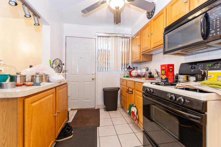 Real Estate Photography - 8347 S Ingleside Ave, Chicago, IL, 60619 - Kitchen
