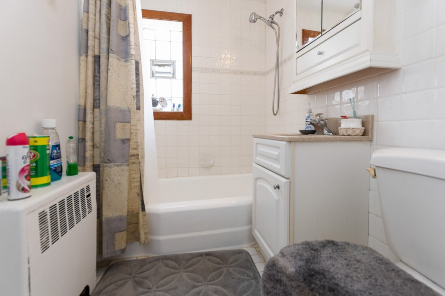 Real Estate Photography - 8347 S Ingleside Ave, Chicago, IL, 60619 - Bathroom