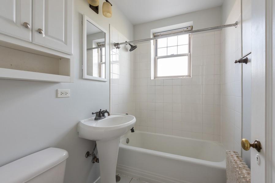 Real Estate Photography - 2732 Hampton Parkway #DG, Evanston, IL, 60201 - Hall bathroom, west exposure