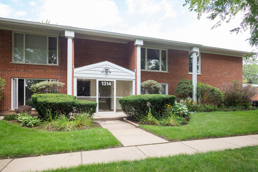 Real Estate Photography - 1314 S. New Wilk Road, Unit 1C, Arlington Heights, IL, 60005 - Front View