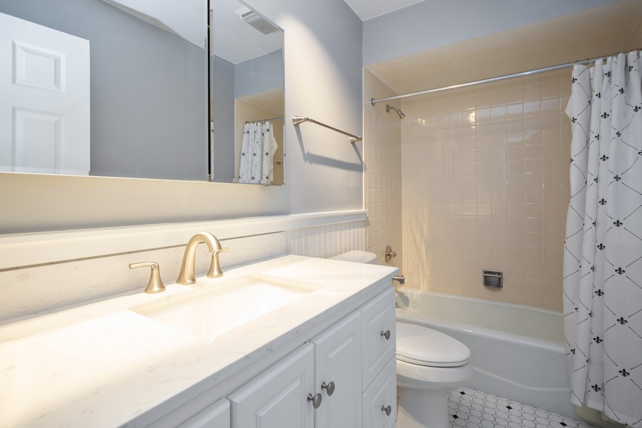 Real Estate Photography - 1314 S. New Wilk Road, Unit 1C, Arlington Heights, IL, 60005 - Bathroom