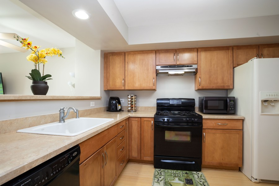 Real Estate Photography - 1955 Lilac Ct, Schaumburg, IL, 60193 - Kitchen
