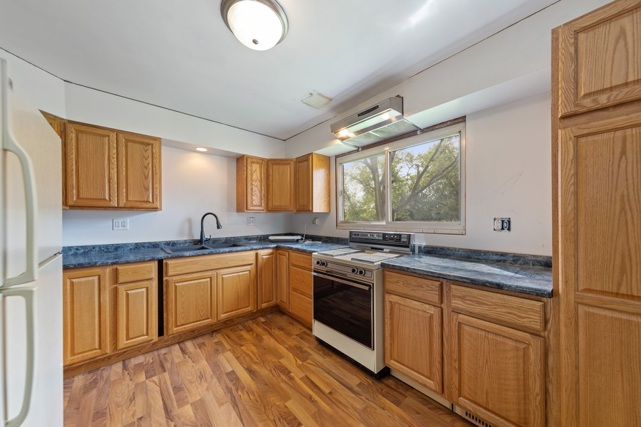 Real Estate Photography - 11215 73rd Place, Burr Ridge, IL, 60527 - Kitchen