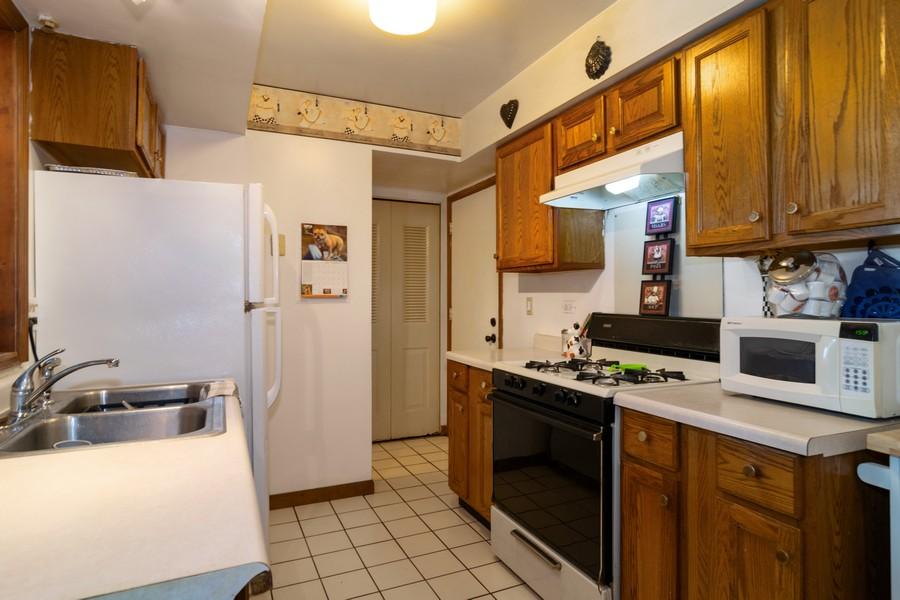 Real Estate Photography - 184 Betty Court #B, Bartlett, IL, 60103 - Kitchen