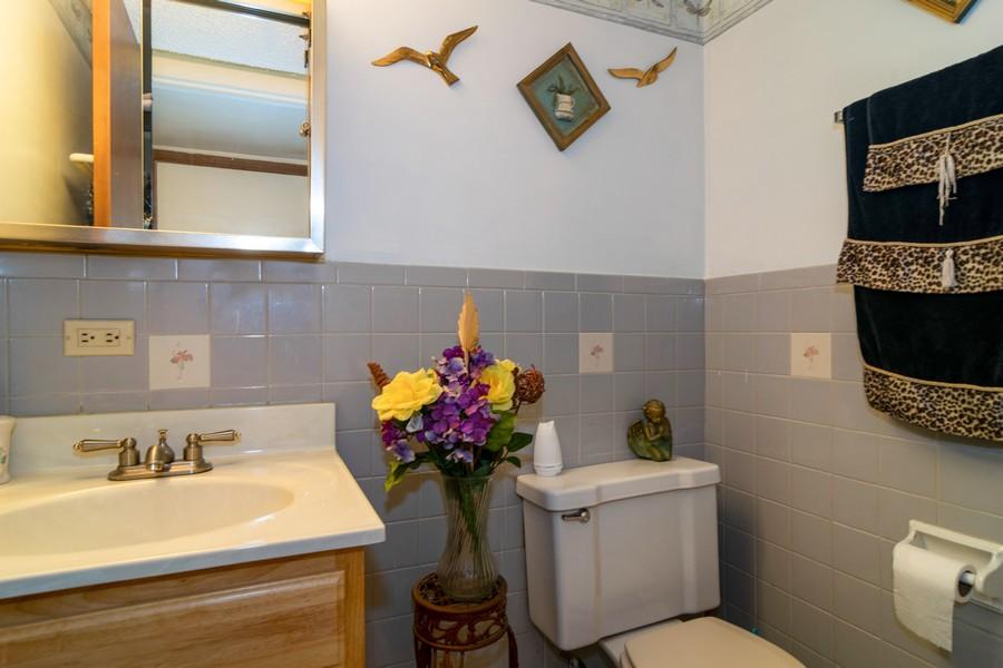 Real Estate Photography - 184 Betty Court #B, Bartlett, IL, 60103 - Half Bath