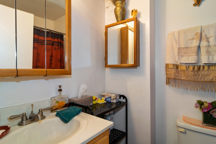 Real Estate Photography - 184 Betty Court #B, Bartlett, IL, 60103 - Bathroom