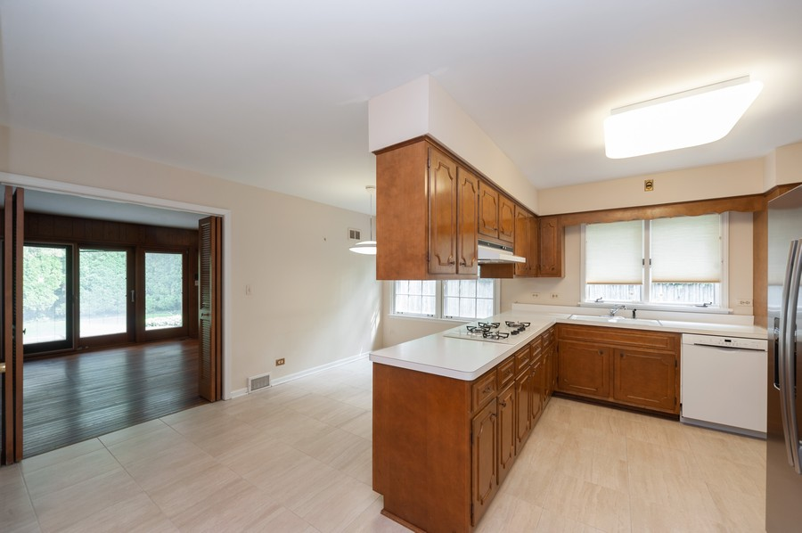 Real Estate Photography - 635 Carlisle Ave, Deerfield, IL, 60015 - Kitchen / Breakfast Room