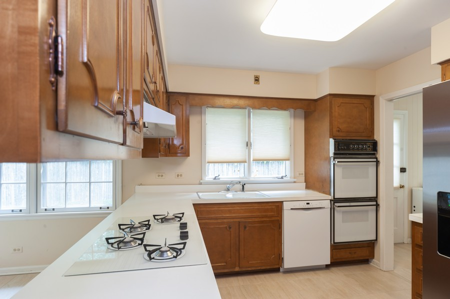 Real Estate Photography - 635 Carlisle Ave, Deerfield, IL, 60015 - Kitchen