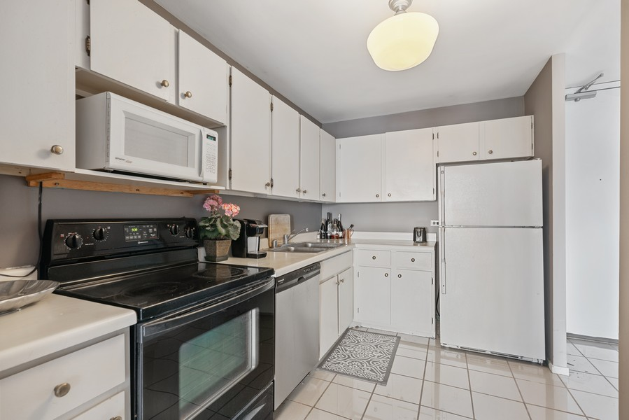 Real Estate Photography - 2020 N Lincoln Park West 26D, Chicago, IL, 60614 - Kitchen