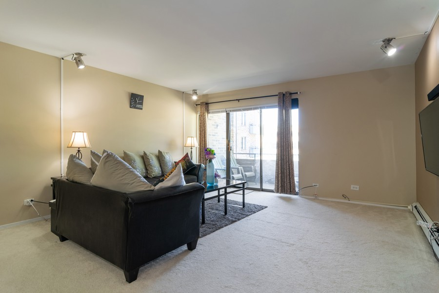 Real Estate Photography - 1931 Prairie Square 223, Schaumburg, IL, 60173 - Living Room