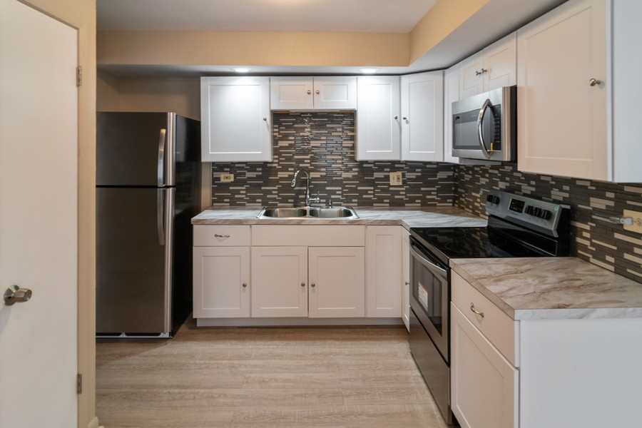 Real Estate Photography - 714 N. Austin, 1NE (aka Unit 204), Oak Park, IL, 60302 - Kitchen
