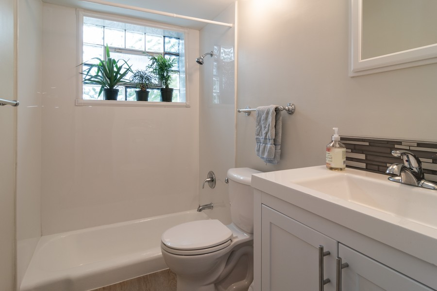 Real Estate Photography - 714 N. Austin, 1NE (aka Unit 204), Oak Park, IL, 60302 - Bathroom