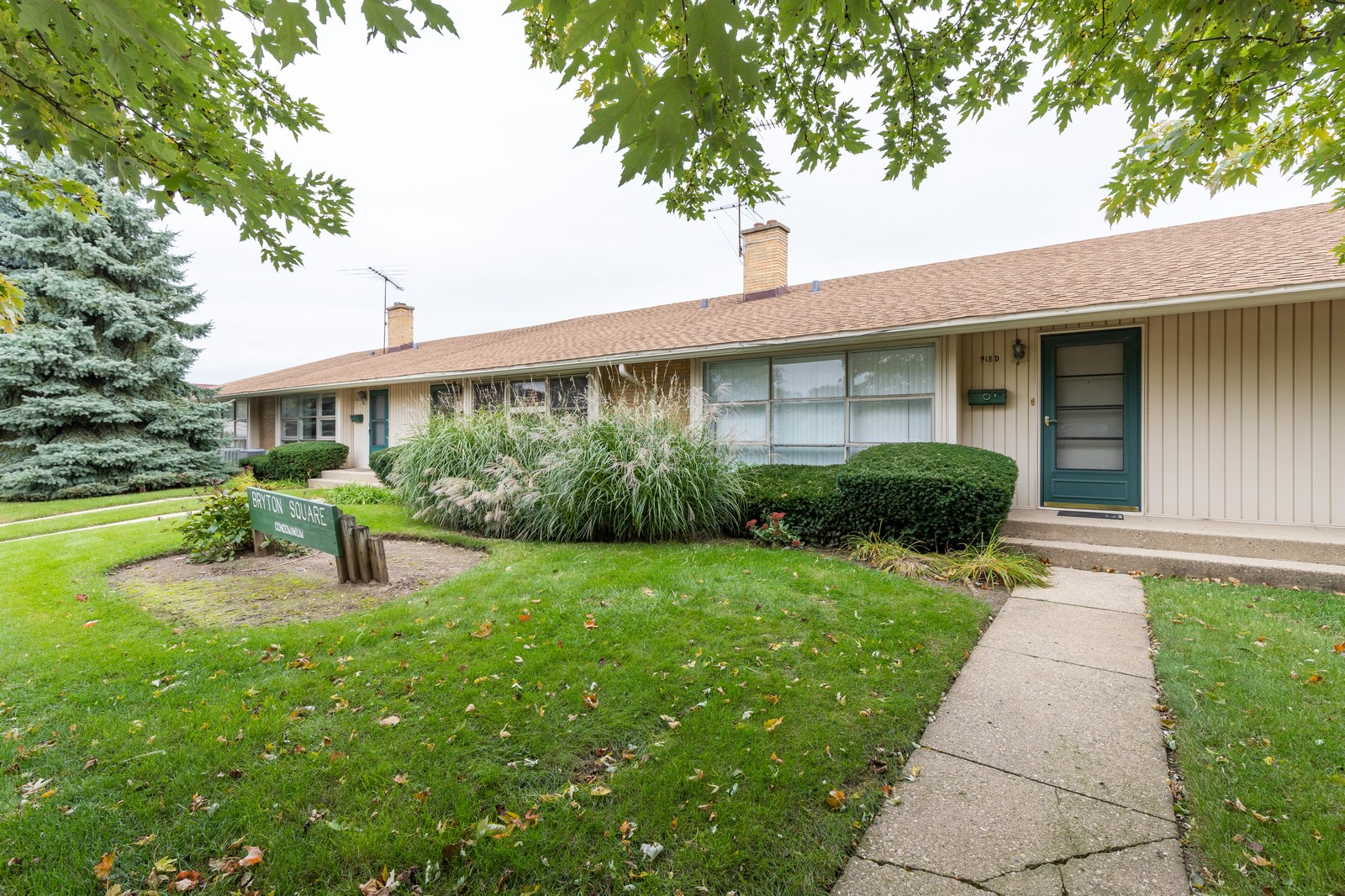 Real Estate Photography - 918 N. Milwaukee Ave Unit D, Libertyville, IL, 60048 - Front View