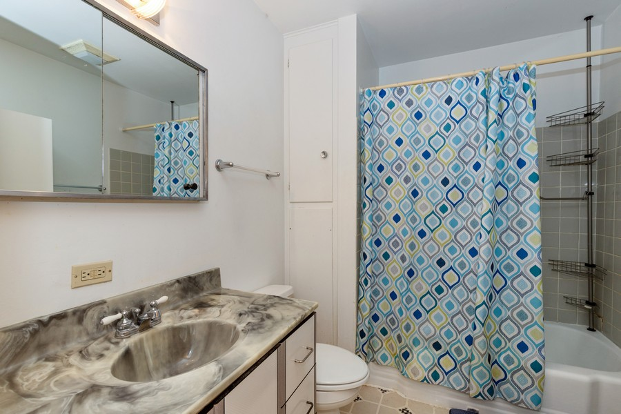 Real Estate Photography - 918 N. Milwaukee Ave Unit D, Libertyville, IL, 60048 - Bathroom