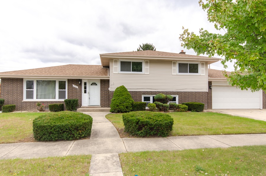 Real Estate Photography - 924 E. 169th Street, South Holland, IL, 60473 - Front View