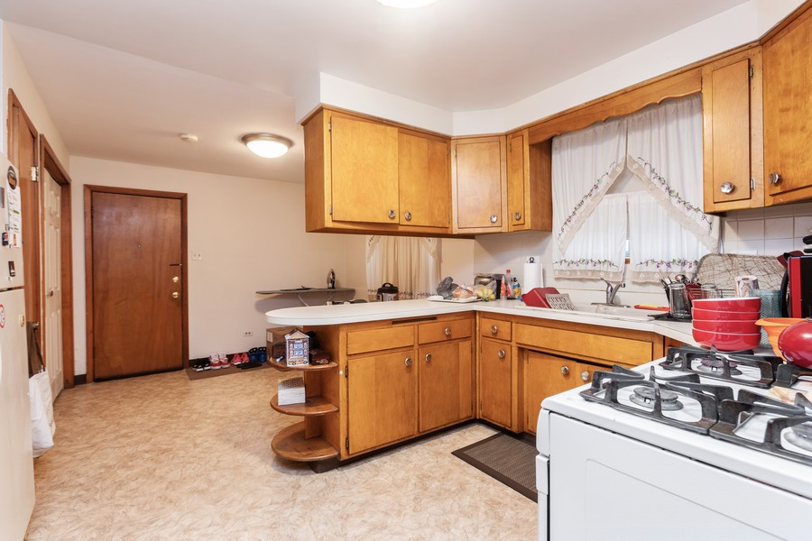 Real Estate Photography - 8133 South Prairie Avenue, Chicago, IL, 60619 - Kitchen