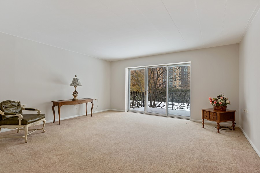 Real Estate Photography - 5540 Walnut Ave, 7C, Downers Grove, IL, 60515 - Living Room
