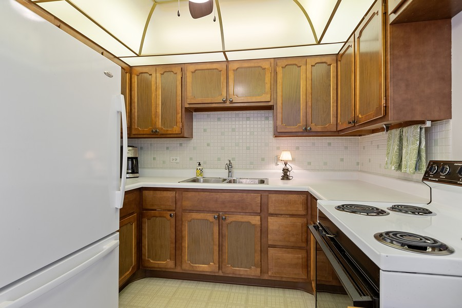 Real Estate Photography - 5540 Walnut Ave, 7C, Downers Grove, IL, 60515 - Kitchen