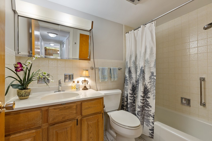 Real Estate Photography - 5540 Walnut Ave, 7C, Downers Grove, IL, 60515 - Bathroom