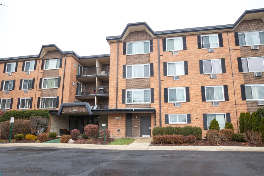 Real Estate Photography - 1116 S New Wilke Rd, Unit 109, Arlington Heights, IL, 60005 - Front View