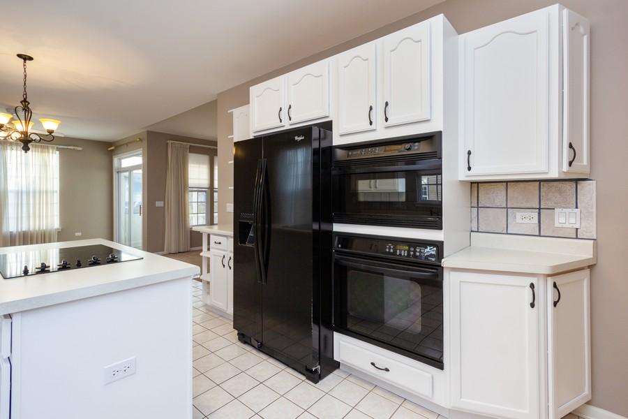 Real Estate Photography - 708 Ponds Ct., Oswego, IL, 60543 - Kitchen