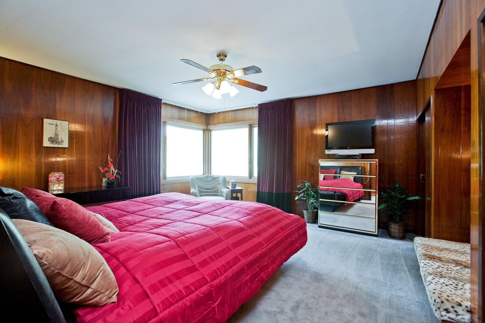 Real Estate Photography - 131 Woodland Dr, Oak Brook, IL, 60523 - Master Bedroom