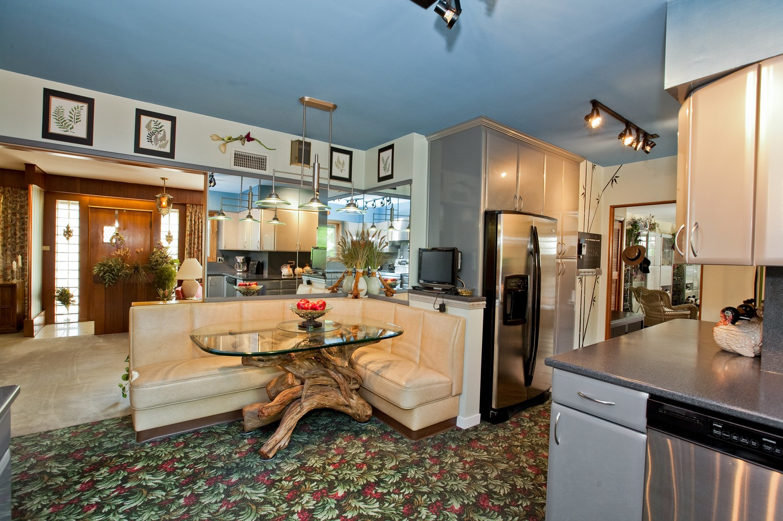 Real Estate Photography - 131 Woodland Dr, Oak Brook, IL, 60523 - Kitchen / Breakfast Room