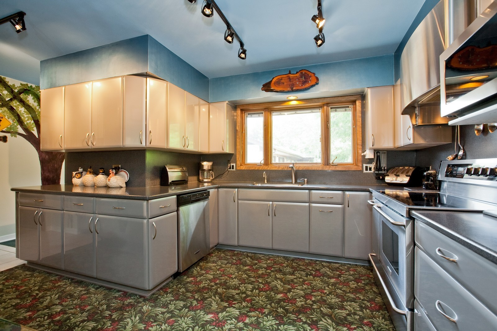 Real Estate Photography - 131 Woodland Dr, Oak Brook, IL, 60523 - Kitchen