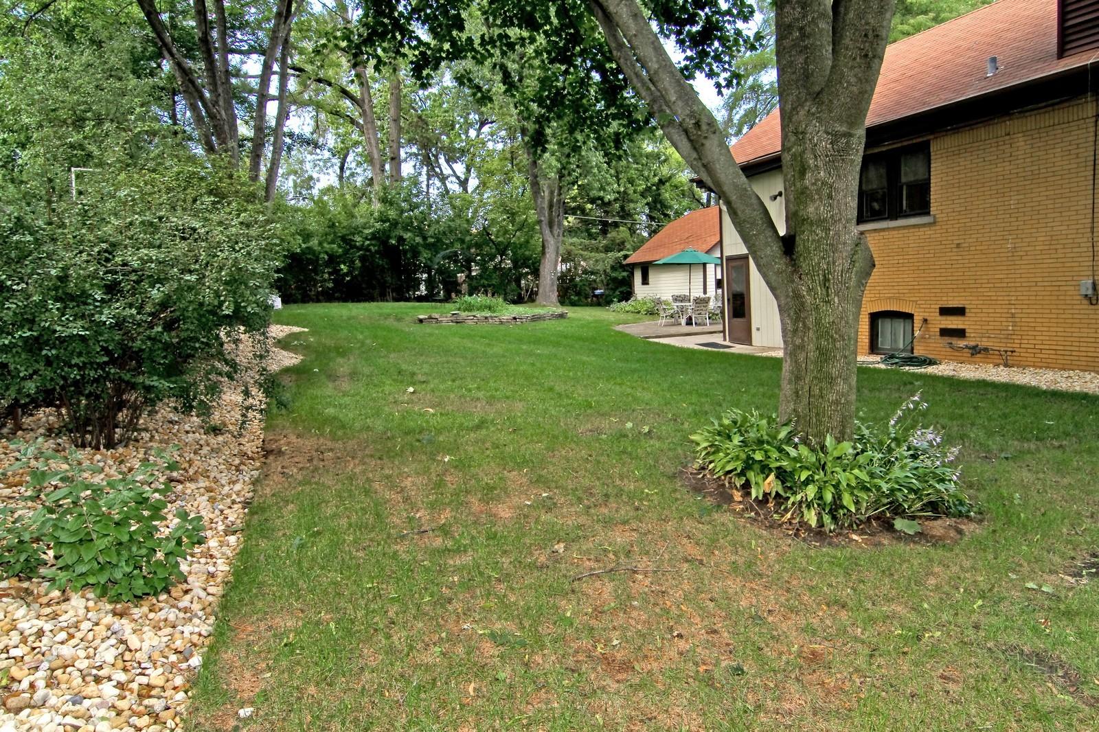 Real Estate Photography - 324 Lorraine, Glen Ellyn, IL, 60137 - Side Yard