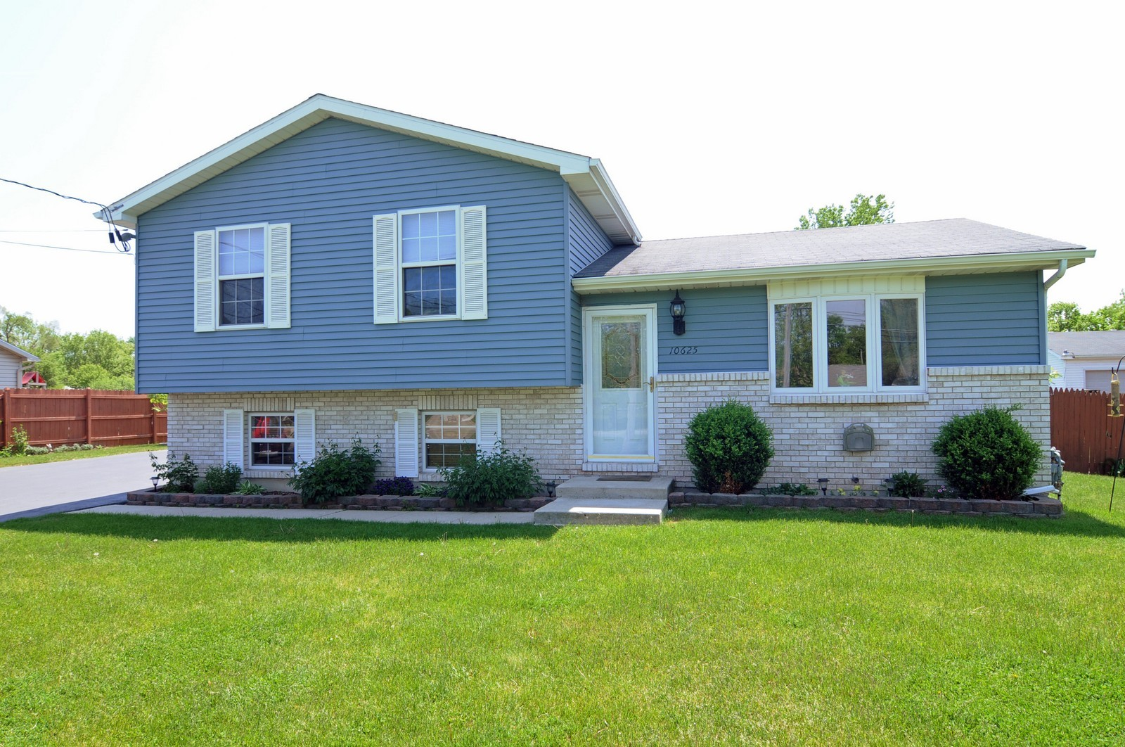 Real Estate Photography - 10625 Yorkhouse Rd, Beach Park, IL, 60087 - Front View