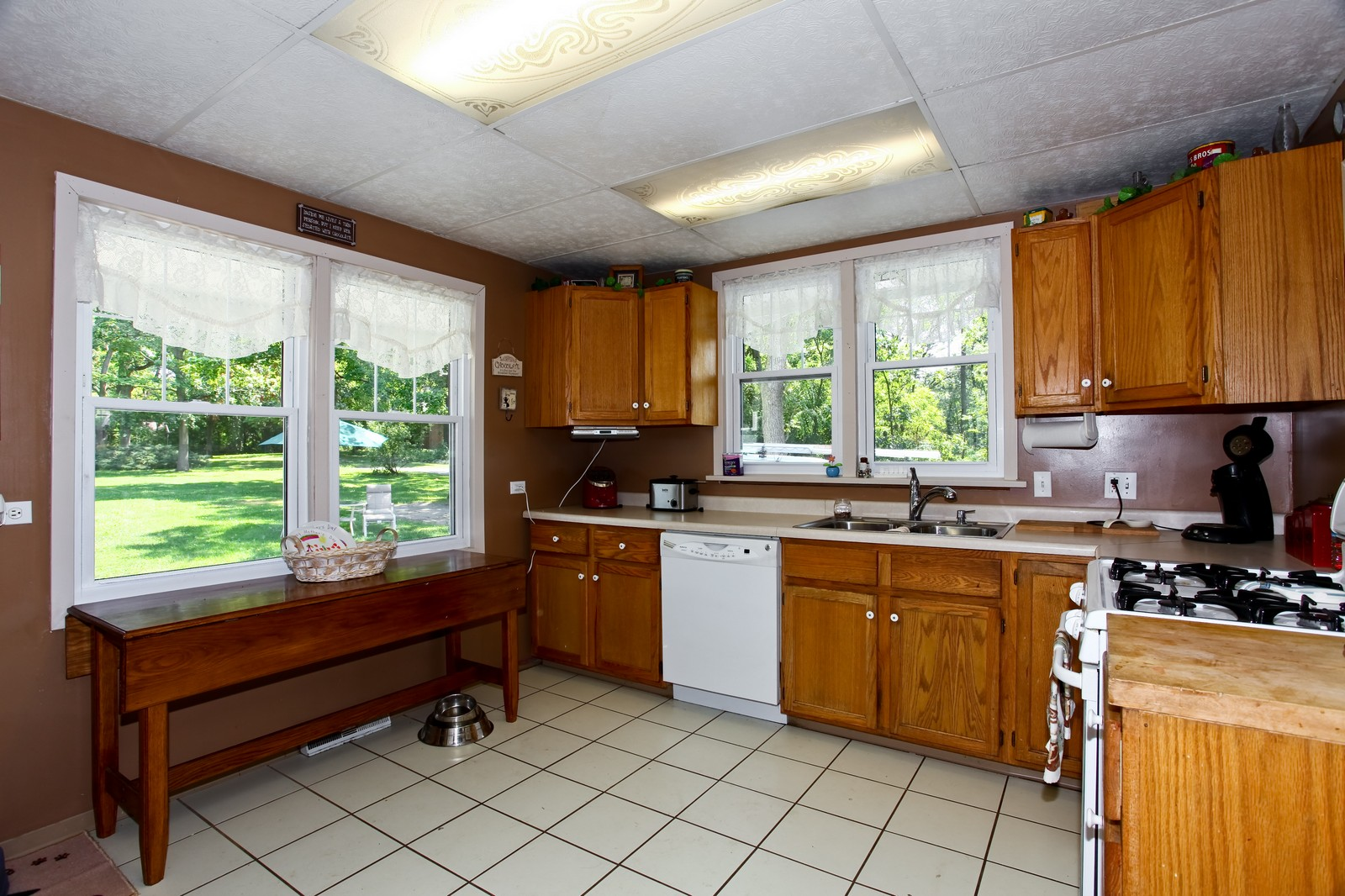 Real Estate Photography - 2N081 Prince Crossing Rd, West Chicago, IL, 60185 - Kitchen