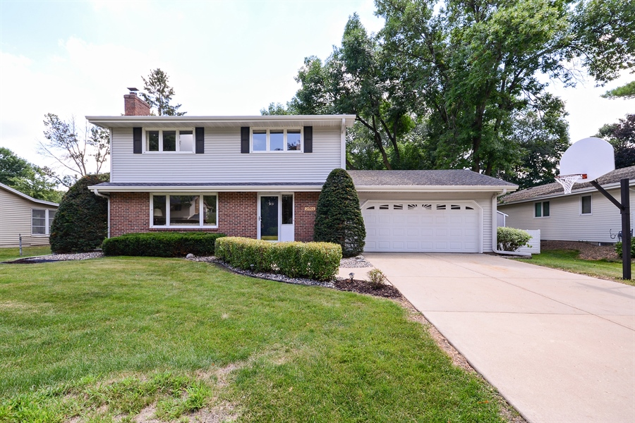 Real Estate Photography - 2001 Sibley Ct, Burnsville, MN, 55337 - Front View