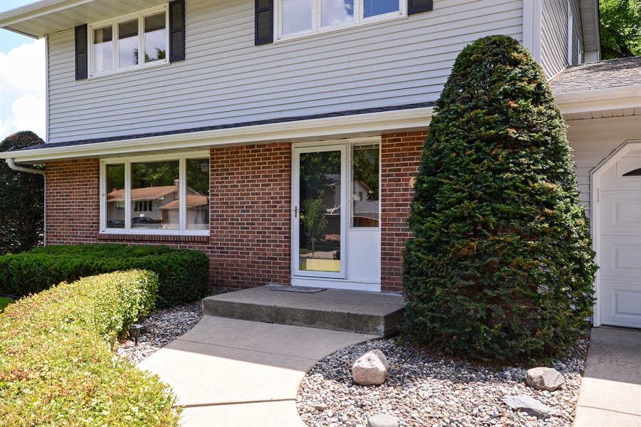 Real Estate Photography - 2001 Sibley Ct, Burnsville, MN, 55337 - Entryway