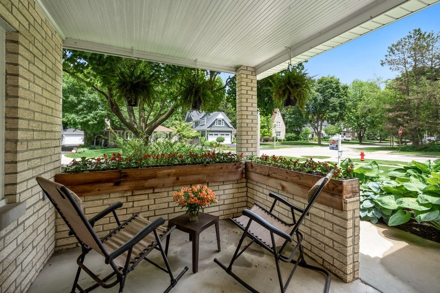 Real Estate Photography - 301 Carter Street, Libertyville, IL, 60048 - Porch