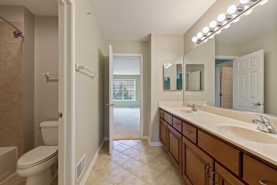 Real Estate Photography - 512 Stone Canyon Cir, Inverness, IL, 60010 - 2nd Bathroom