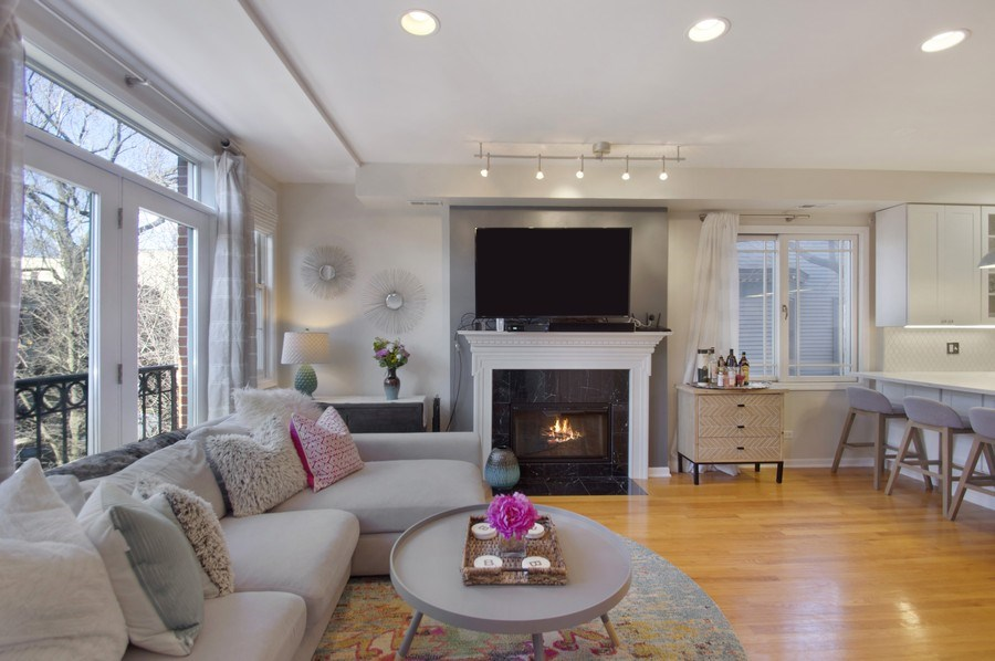 Real Estate Photography - 3831 N. Kenmore, 2, Chicago, IL, 60613 - Living Room
