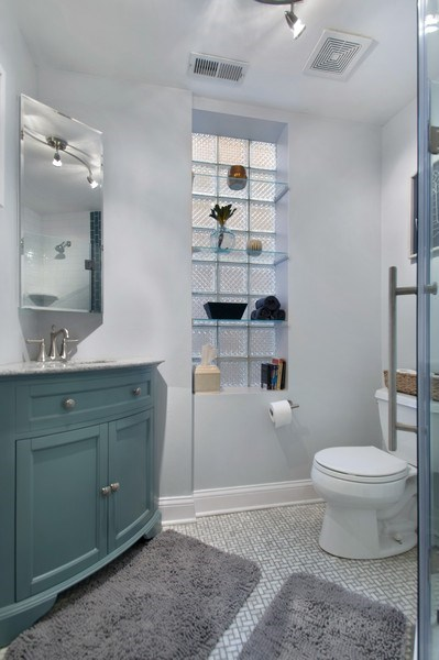 Real Estate Photography - 3831 N. Kenmore, 2, Chicago, IL, 60613 - 2nd Bathroom