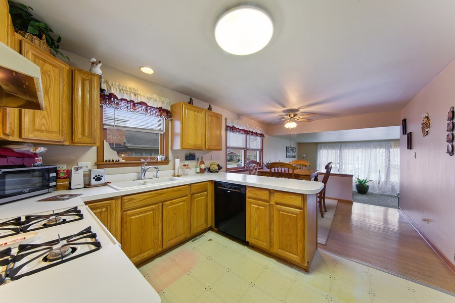 Real Estate Photography - 10132 S Minnick Ave, Oak Lawn, IL, 60453 - Kitchen